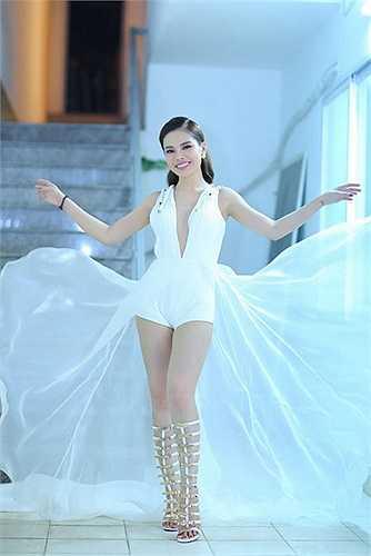 Cô nàng sử dụng sandal chiến binh để tạo điểm nhấn cho bộ trang phục màu trắng