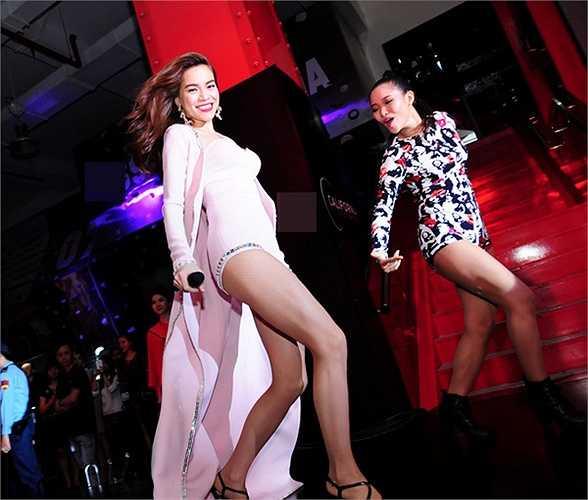Thường xuyên mặc jumpsuit ngắn lên sân khấu, song Hồ Ngọc Hà chưa bao giờ gây nhàm chán vì mỗi lần cô xuất hiện là một biến tấu trang phục khác nhau