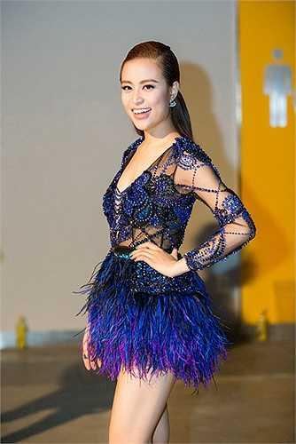 Cùng một kiểu dáng áo liền quần, song jumpsuit có rất nhiều biến tấu. Trong ảnh là nữ ca sĩ Hoàng Thùy Linh