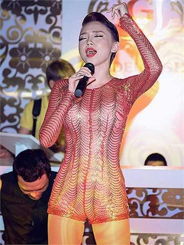 Người đẹp sinh năm 1989 luôn biết cách khai thác nét đẹp cơ thể, khiến khán giả phải trầm trồ khen ngợi mãi không thôi