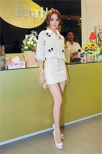 'Nữ hoàng nội y' cũng kém nổi bật với trang phục đơn giản.