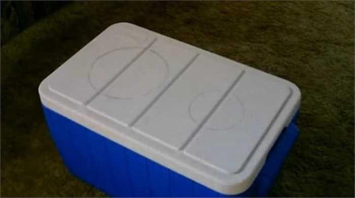 Bước 1: Bạn ướm quạt điện lên nắp thùng xốp (hoặc cạnh bên của thùng, tùy vị trí), sau đó dùng bút vẽ theo hình dáng của quạt (tròn hoặc vuông) để đánh dấu. Tương tự ướm ống nhựa lên nắp và đánh dấu.