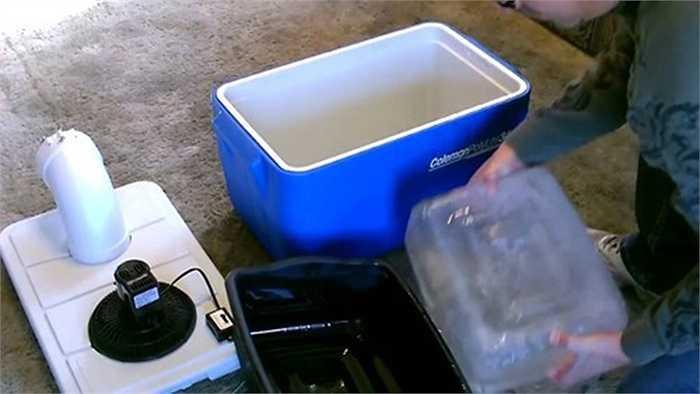 Bỏ đá vào thùng xốp, đậy nắp và bật quạt. Bạn đã làm xong điều hòa tự chế giúp làm mát mà tiết kiệm. Để tránh đá tan nhanh khi gió ở quạt thổi vào, bạn có thể bọc đá trong một lớp vải.