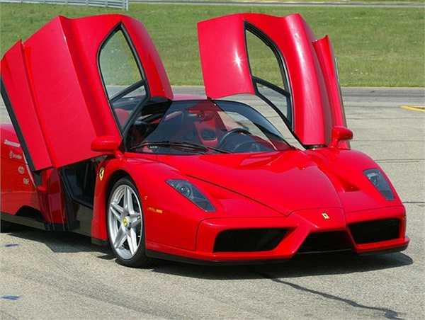 Ngôi sao 'Ma tốc độ' rất yêu thích dòng xe thể thao Ferrari của Ý.