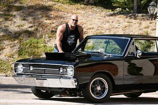 Bill Goldberg, diễn viên kiêm cựu đô vật và cầu thủ đá bóng chuyên nghiệp sở hữu một gara để xe với 20 chiếc xe cổ ấn tượng.