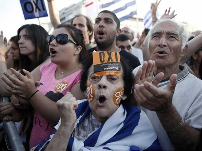 Vào chủ nhật 5/7, Hy Lạp tổ chức một buổi trưng cầu dân ý về các Hiệp ước có thể ký kết với các chủ nơ. Tuy nhiên, tình hình trước thềm sự kiện này không thực sự yên ả