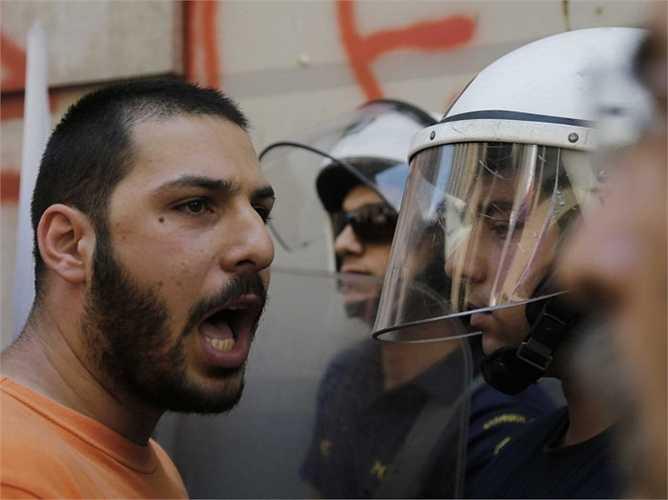 Hàng nghìn người đã tham gia vào các cuộc biểu tình trên khắp các đường phố. Ảnh: Một người đàn ông đang la mắng lực lượng cảnh sát