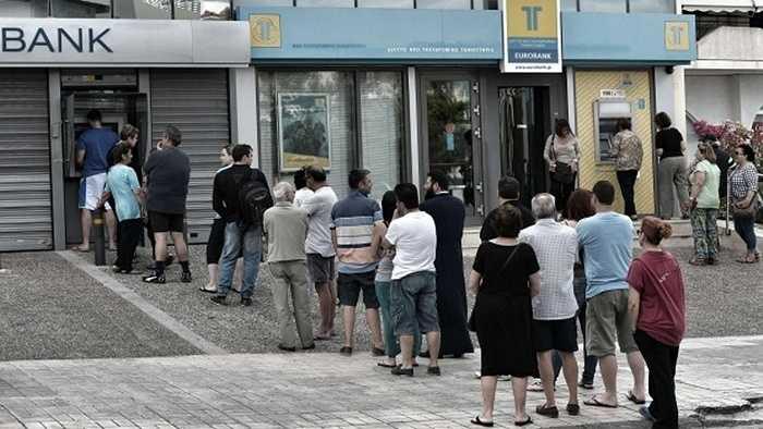 Những hàng dài người dân chờ đợi đến lượt mình rút tiền