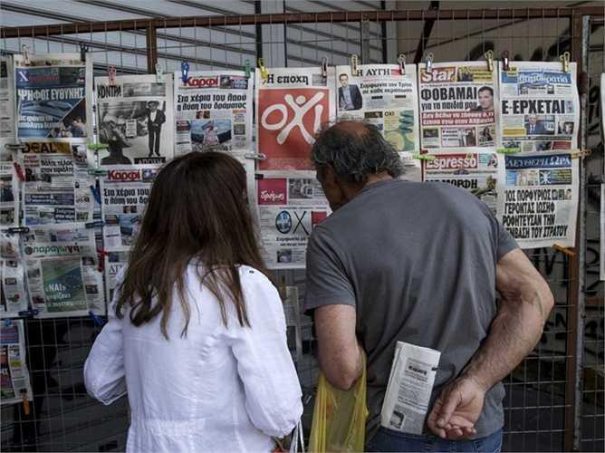 Người dân theo dõi báo chí hàng ngày để biết thêm về tình hình trước buổi lễ trưng cầu
