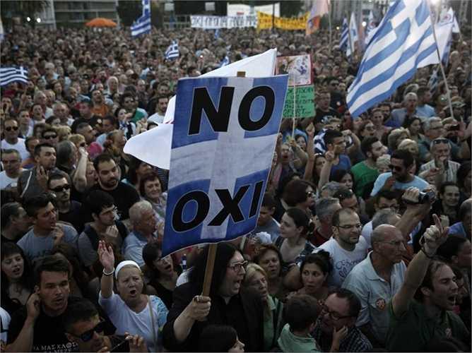 Một đám đông khác tại Thủ đô Athens đang chạy đua cho phong trào Oxi - phản đối lại những quyết định sắp được đưa ra