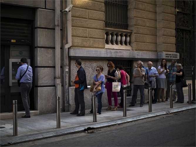 Phần lớn các ngân hàng tại Hy Lạp đã đóng cửa từ ngày 30/6 và kể từ thời điểm đó, rất nhiều người buộc lòng phải tìm đến các cây ATM để rút hết số tiền tiết kiệm của bản thân