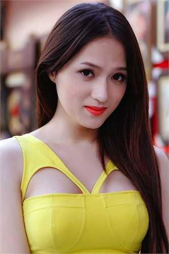 Hơn nữa, cô cũng rất quyến rũ, gợi cảm. Chính vẻ sexy, nữ tính của Hương Giang giúp cô được bình chọn là mỹ nhân chuyển giới đẹp nhất ở thời điểm hiện tại.