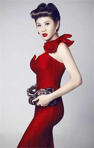 Thân hình quyến rũ và vẻ nữ tính cùng với quá trình 'lột xác' của Khanh Chi Lâm cũng giúp cô nổi rần rần trong showbiz.