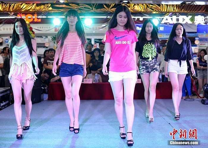 Những cô gái trẻ tham gia cuộc thi chân đẹp