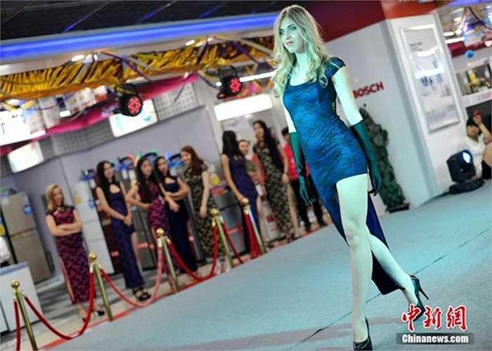 Một cô gái nước ngoài xinh đẹp trong cuộc thi chân