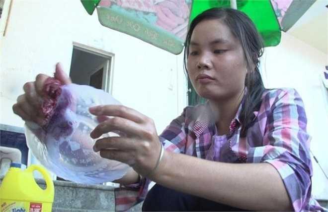Lê Thị Thúy (Nam Định) đã phải rửa bát, dọn dẹp nhà cửa, kiếm 20.000/giờ để trang trải cho chi phí sinh hoạt trong thời gian dự thi. (Ảnh: Tùng Lâm/Vietnam+)