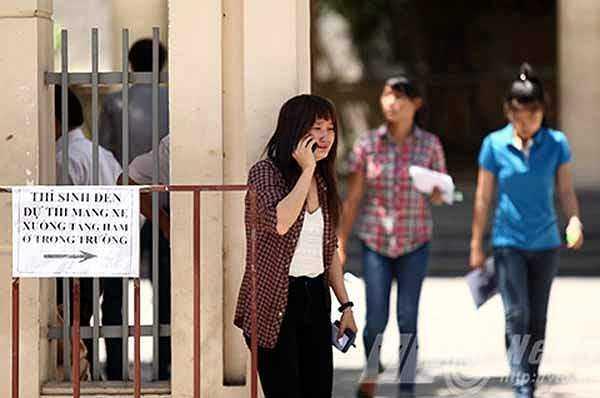 Bức ảnh này được chụp tại điểm thi Trường THPT Trần Phú, Đà Nẵng. Nữ sinh trong ảnh đang khóc mếu gọi cho người nhà sau khi bị đình chỉ thi vì mang điện thoại vào phòng . (Ảnh: Bửu Lân/ VTC News)