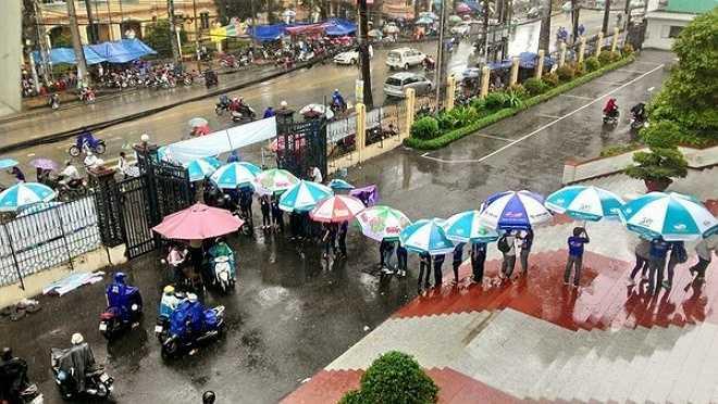 Một hình ảnh đẹp của sinh viên tình nguyện ĐH Sư phạm TP.HCM được báo Mực Tím chia sẻ. Chiều 1/7, khi Sài Gòn đổ mưa, các sinh viên tình nguyện đã cầm ô xếp hạng từ cổng trường vào tới sảnh để che mưa cho các thí sinh.
