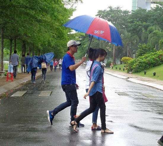 Màu áo xanh tình nguyện tràn ngập ở các tụ điểm thi - Ảnh: Internet