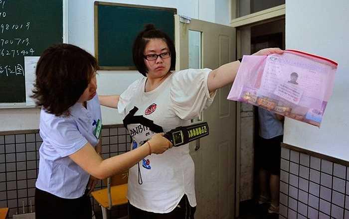Kiểm tra an ninh (y như ở sân bay) đối với các thí sinh dự thi vào đại học tại Thẩm Dương, Liêu Ninh, Trung Quốc