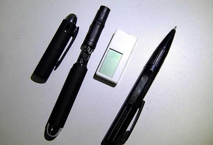 Chiếc bút sẽ gửi đề bài ra một địa điểm bên ngoài, còn đáp án sau đó sẽ được gửi ngược trở lại người gian lận qua thiết bị thu âm đặt trong tai