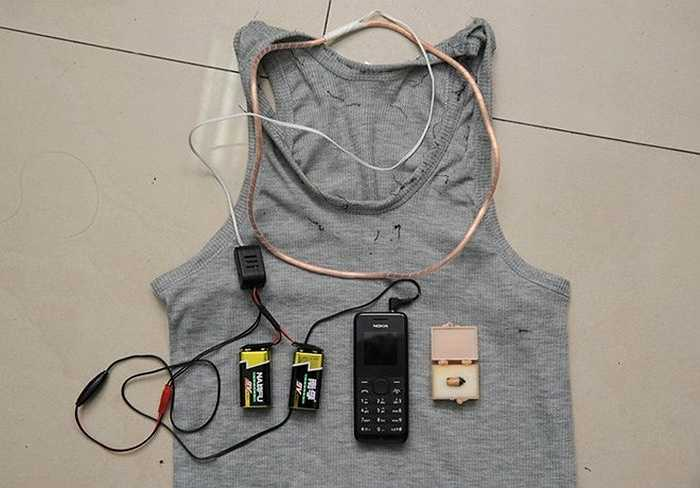 Trường hợp này camera nằm trong một chai nước nhựa còn thiết bị thu tín hiệu thì được buộc vào nách của nam thí sinh