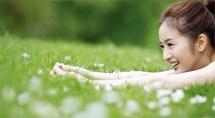 Khi ra mắt màn ảnh với vai diễn Sương Cầm trong Thơ ngây, nhân vật đáng yêu của Lâm Y Thần đã nhanh chóng gây sốt. Hiện Lâm Y Thần đã 32 tuổi nhưng trông vẫn như một nữ sinh trung học.