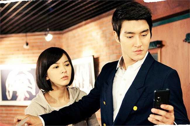 Khó có thể ngờ rằng năm nay nữ diễn viên ấy đã 34 tuổi. Dù tham gia hai bộ phim Baby Faced Beauty (2011) và Mr Back (2014) cách nhau nhiều năm nhưng chẳng có dấu vết tuổi tác nào trên gương mặt của Jang Nara.