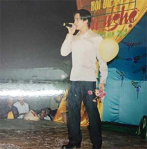 Hôm 1/7, Lương Thế Thành chia sẻ trên trang cá nhân hình ảnh anh trổ tài ca hát từ khi còn đi học. Phong cách của nam diễn viên điển trai thuở ngố tàu khiến các fan thích thú. Bức ảnh thu hút hàng nghìn lượt bấm yêu thích. Người hâm mộ nhận xét, lúc này, Thế Thành điển trai và có nét giống nam ca sĩ Việt Quang. Ảnh: FBNV.