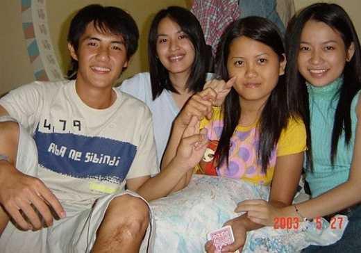 Ông Cao Thắng: Bạn trai của Đông Nhi học chung lớp với Tú Vi và Sĩ Thanh (ngoài cùng bên phải). Bức ảnh được chụp cách đây 12 năm khiến các fan ngưỡng mộ vẻ điển trai từ nhỏ của Ông Cao Thắng. Ảnh: S.T.