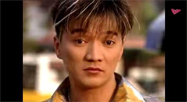Đây là hình ảnh của ông hoàng nhạc Việt Đàm Vĩnh Hưng thuở còn lận đận với nghề. Trong MV Người tình ơi mơ gì ghi hình vào năm 2002, dù kiểu tóc rẽ ngôi giữa đã được thay thế bằng mái tóc nhuộm highlight hiện đại, nhưng nhìn Mr. Đàm vẫn khá lạ lẫm.