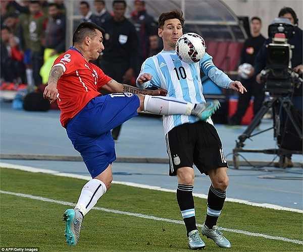 El Pulga vẫn là người được các hậu vệ Chile chăm sóc kỹ nhất