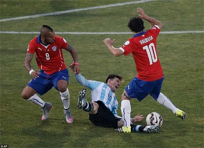 Messi trong vòng vây của hậu vệ Chile