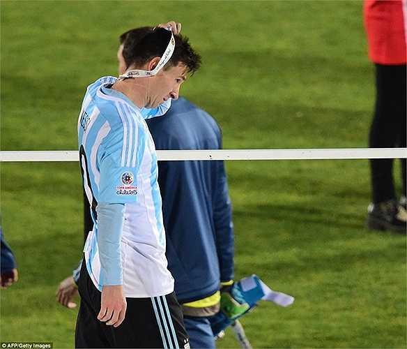 Trái ngược với niềm vui của Chile là nỗi buồn của Messi. Siêu sao đang khoác áo Barca vẫn chưa thể có danh hiệu nào trong màu áo ĐTQG