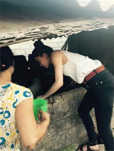 Trong đó, hình ảnh gây bất ngờ là cảnh Hồ Ngọc Hà tự tay xách cám cho lợn ăn. Hồ Ngọc Hà thậm chí không ngại bẩn và giúp người dân tắm rửa cho lợn.