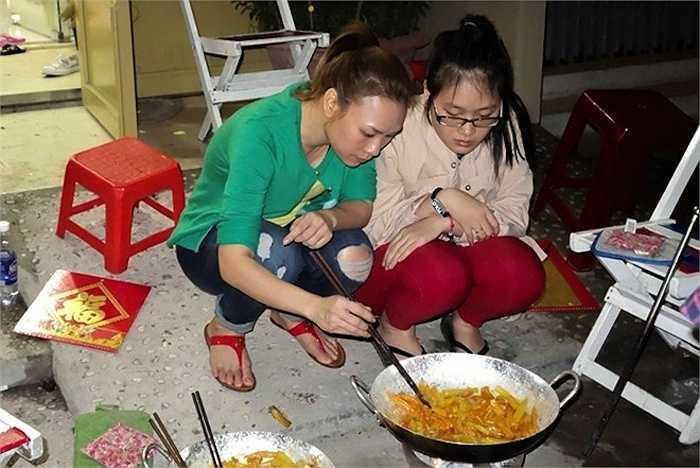 Mỗi dịp tết đến xuân về, cô lại về giúp gia đình chuẩn bị sắm tết, cùng gia đình tự tay gói những chiếc bánh chưng truyền thống.