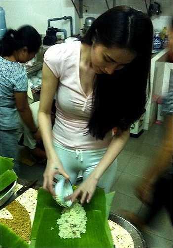 Hình ảnh Thủy Tiên mặt mộc, ăn mặc đơn giản cùng Công Vinh làm bánh tét ngày tết khiến khiến nhiều người hâm mộ bất ngờ.  (Nguồn: Dân Việt)
