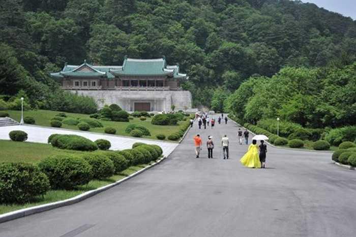 3. Nhà triển lãm hữu nghị quốc tế: Nằm ở huyện Hyangsan, cách thủ đô Bình Nhưỡng khoảng 3 giờ đi xe, nhà triển lãm hữu nghị quốc tế đã trở thành một điểm du lịch chính thức của Triều Tiên. Ở đây được trưng bày lọ hoa, các bức tranh sơn dầu, đồ dùng quân sự và những món quà khác thường khác, tất cả đều là quà ngoại giao mà các quốc gia đã tặng cho các thế hệ lãnh đạo của Triều Tiên.