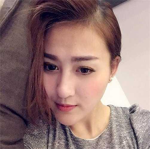 Hot girl Hà Lade với gương mặt còn kẻ vẽ lông mày, tô son hồng cam khi đi ngủ. (Nguồn: Zing)
