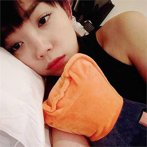 Tóc Tiên cũng không nằm ngoài mốt trang điểm khi đi ngủ của các hot girl.