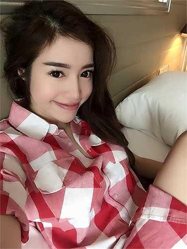 Elly Trần thậm chí còn quên tháo cả 'contact lens', các nét trên gương mặt được hóa trang rất đậm.