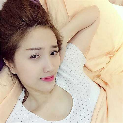 Bảo Thy sử dụng son môi hồng sậm khi đi ngủ.