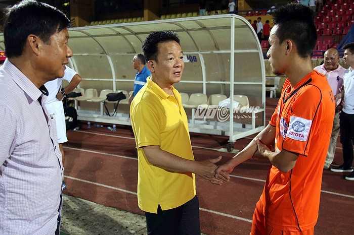 Bầu Hiển có mặt ở sân Hàng Đẫy dự khán trận đấu được coi là nội chiến giữa Hà Nội T&T và SHB Đà Nẵng. (Ảnh: Quang Minh)