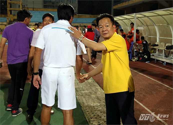 Sau trận đấu, ông đã xuống sân động viên cầu thủ hai đội. (Ảnh: Quang Minh)