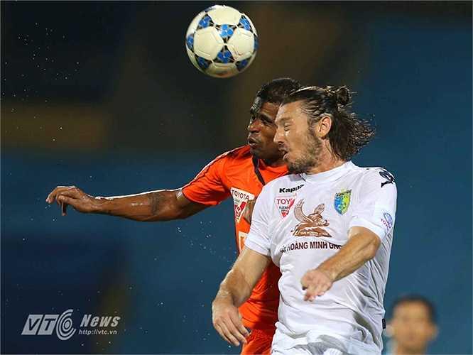 Chơi trên sân nhà Hà Nội T&T nhập cuộc tốt hơn và có phần lấn lướt đối thủ. (Ảnh: Quang Minh)