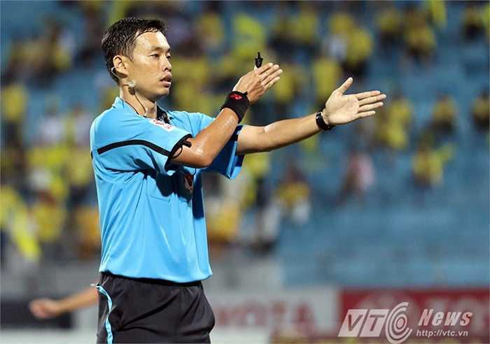Đó là bàn thắng được thực hiện trên chấm 11m sau khi cầu thủ SHB Đà Năng phạm lỗi với cầu thủ Hà Nội T&T trong vòng cấm. (Ảnh: Quang Minh)