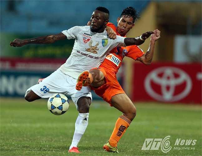 Có bàn thắng, Hà Nội T&T chơi hứng khởi hơn và vẫn duy trì sức ép lên phần sân đội khách. (Ảnh: Quang Minh)
