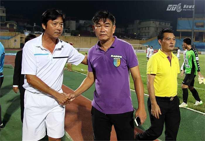 HLV Lê Huỳnh Đức và Phan Thanh Hùng bắt tay nhau sau trận. (Ảnh: Quang Minh)