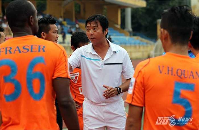 Trước đó, HLV Lê Huỳnh Đức tỏ rõ sự không hài lòng về cách chơi của các học trò. (Ảnh: Quang Minh)