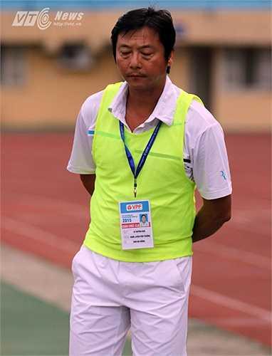 Trong trận đấu, ông Đức không giấu được sự thất vọng khi họ để cho Hà Nội T&T 2 lần chọc thủng lưới. (Ảnh: Quang Minh)